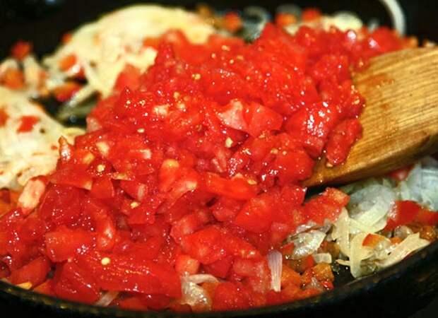 добавление помидоров в спасерованный лук