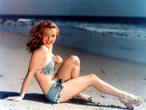 20-летняя Мэрилин Монро (Marilyn Monroe) в качестве модели позирует для открытки, 1946 г.