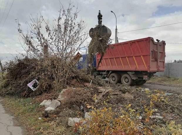 Жители Ленинского района Ижевска устроили на улице свалку из веток и строительного мусора