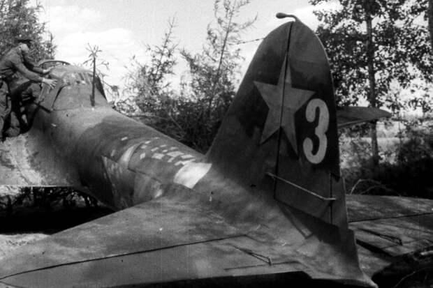 Ил-2 тактический №3, заводской №1863314 из 61-го ШАП, август 1941 года. Обращают на себя внимание многоисленные свежие заплаты в хвостовой части фюзеляжа. - «Чёрная смерть» против «Дивизии-призрака»   Военно-исторический портал Warspot.ru