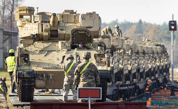 На фото: военную технику армии США доставили в Литву для участия в совместных учениях НАТО. Американские военные заявляют, что в начале следующего года они готовят масштабные учения в Европе, в которых примут участие 20 000 солдат из США