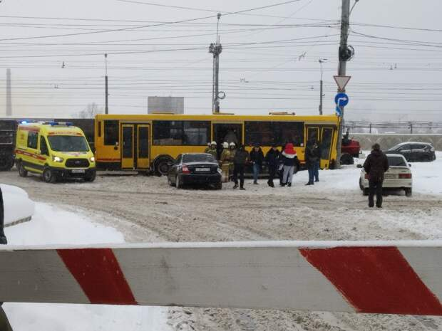 В Ижевске на улице Новоажимова автобус врезался в столб