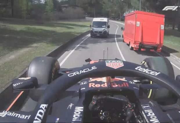 Эвакуатор увез машину Макса Ферстаппена с автодрома. Видео