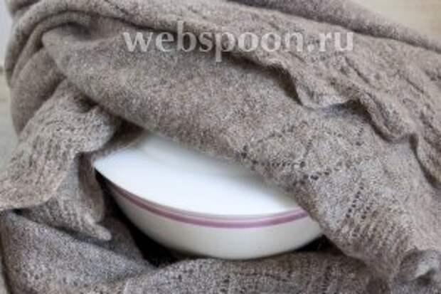 Залить примерно стаканом кипятка, накрыть и укутать в тёплый платок или одеяло. Оставить на 1-2 часа.
