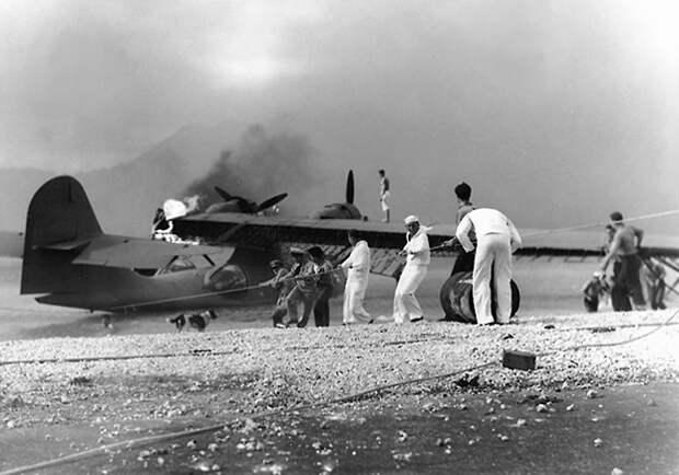 ВМС США моряки пытаются спасти горящий Consolidated PBY ...