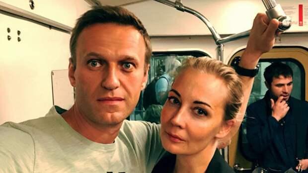 Супругу Навального увезли с незаконного митинга на автозаке