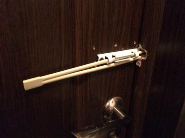 Альтернативный шпингалет своими руками.   Фото: whatsparenting.
