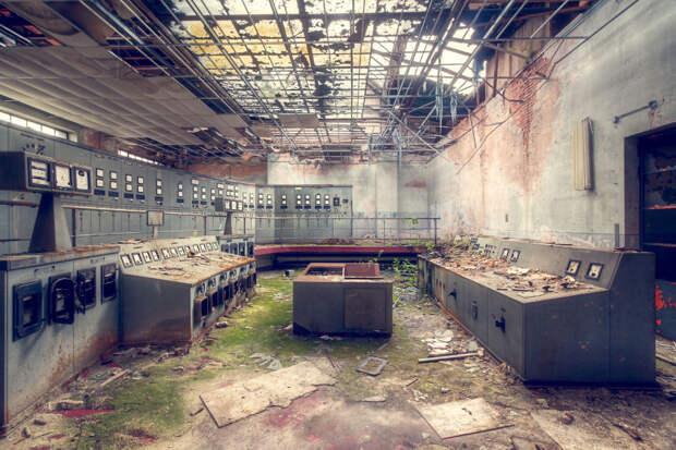 abandonedcontrolroom-59da2cdc314f6__880