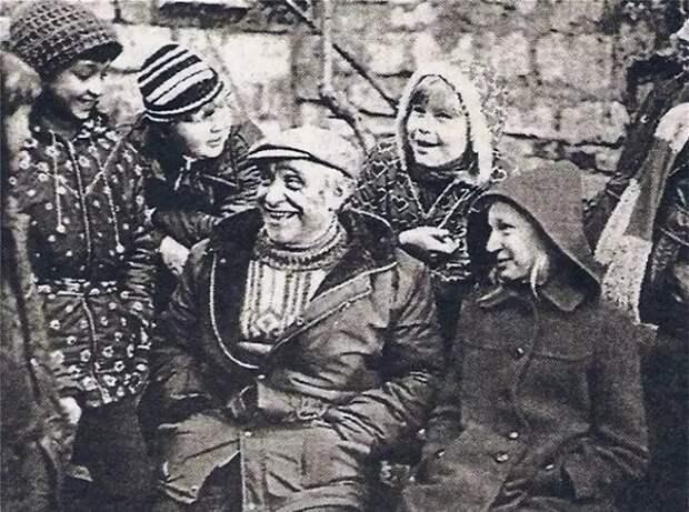 """Ролан Быков с юными актерами на съемках фильма """"Чучело"""". Фото: 1001material.ru"""