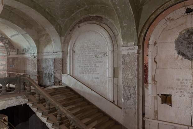 В Политехническом музее в ходе реставрации найдены плиты с цитатами Ленина и Сталина