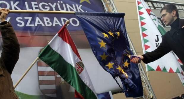 """Член венгерской националистической партии """"Йоббик"""" поджигает флаг Евросоюза"""