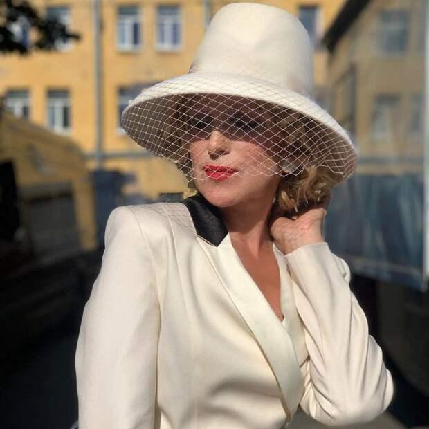 Наша Марлен Дитрих! Ирина Гринева в шляпе с вуалью обворожила поклонников