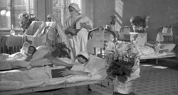 «Вполе рожали»: как проходили роды с1900 года донаших дней