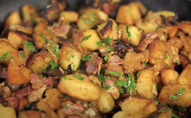 Жарим килограмм картошки, и мясо к ней уже не требуется. Добавили лук и 100 граммов бекона