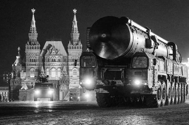 В ночь на 29 апреля в центре Москвы прошла первая ночная репетиция парада Победы 2016 года. Тренировка стартовала в 22.00 с Красной площади. В параде Победы в Москве 9 мая примут участие больше 10 тыс. военных и свыше 100 образцов вооружений и военной техники