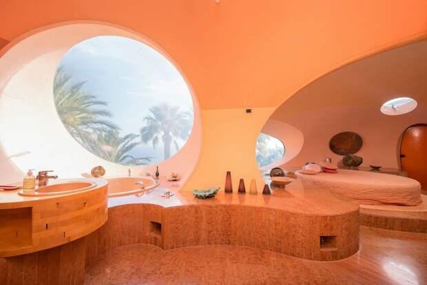 8 фото пупырчатого дома Пьера Кардена, который похож на раковую опухоль