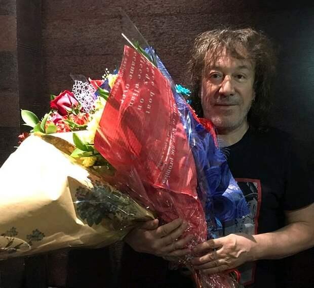 С букетами после концерта, весна 2018 года.