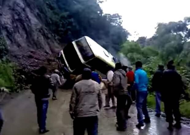 Автобус пытался проехать, но его занесло, и он упал с обрыва вместе с водителем