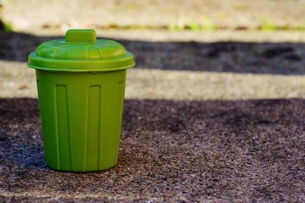 Заваленную мусором контейнерную площадку в Тенистом проезде привели в порядок