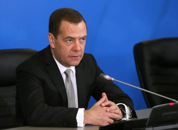 Медведев озвучил отставку свою и всего правительства в полном составе