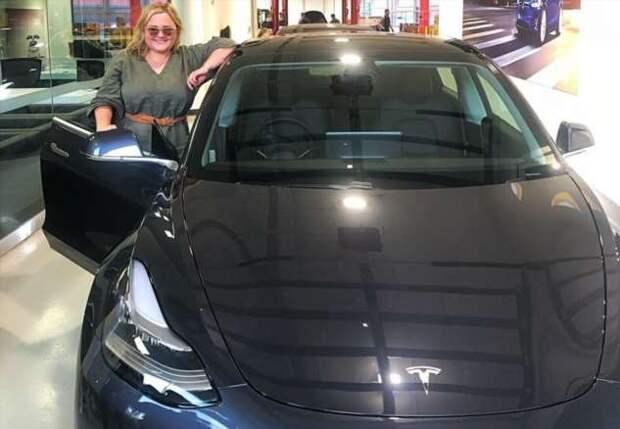 Как хозяйка Tesla издевалась над угонщиками (2 фото + 1 видео)