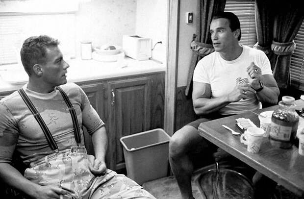 """Жан-Клод Ван Дамм и Арнольд Шварценеггер на съемках фильма """"Универсальный солдат"""", 1991 год"""