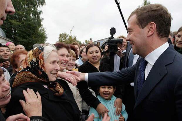 Медведев хочет разобраться с каждым бедняком. С бедность – не хочет…