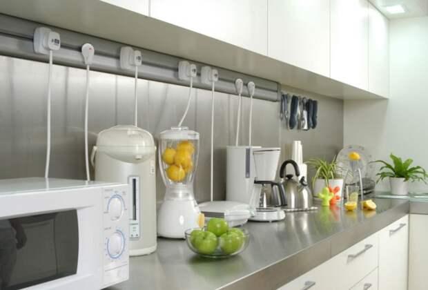 Оптимальное количество розеток возле кухонного гарнитура - 7-8 штук / Фото: dekoriko.ru