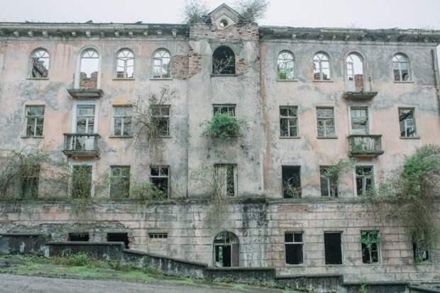 7 мрачных фото из поселка-призрака в Абхазии, из которого уехали почти все жители