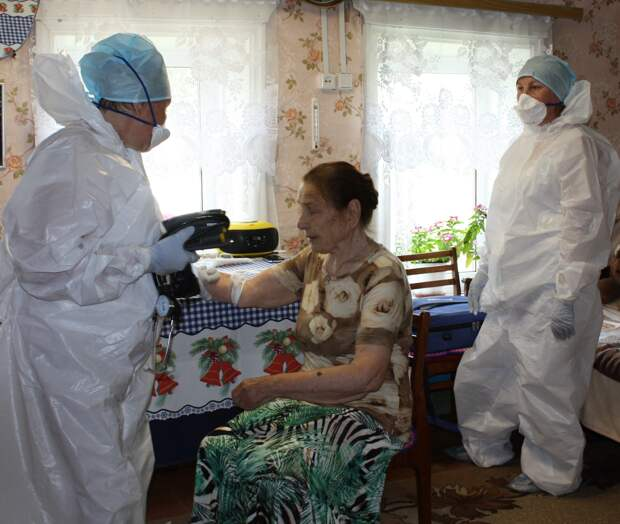 В Удмуртии врачи на спецтранспорте продолжают посещать пенсионеров в отдалённых деревнях