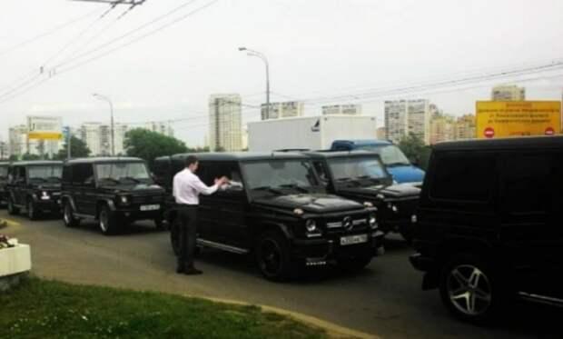 Будущие офицеры разведки устроили скандальный флешмоб на тридцати Gelandewagen в Москве