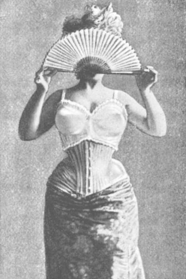 Чашечки изделия, получившего название «le Bien-Etre» («благополучие»), поддерживали две сатиновые ленты, а сзади вся эта конструкция прикреплялась к корсету.
