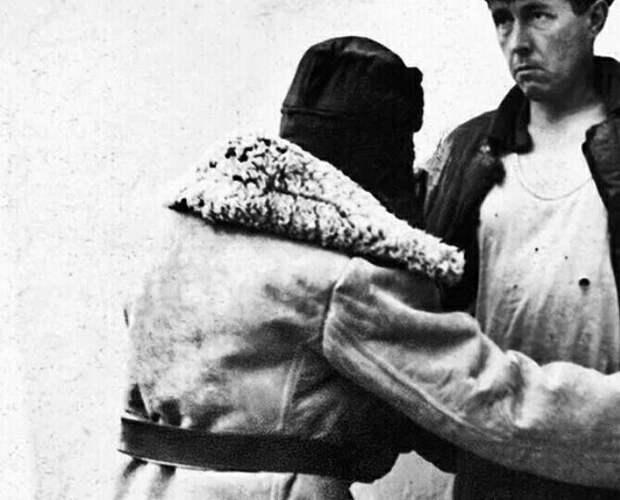 """Для создания """"лагерных"""" снимков Солженицын устроил с друзьями """"фотосессию"""", надев робу с номерами"""