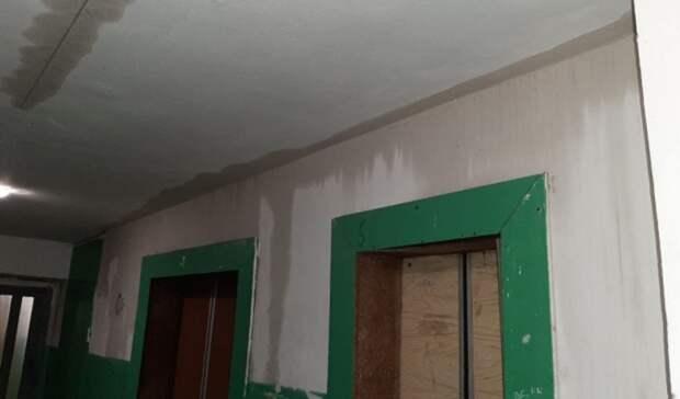 В Екатеринбурге из-за сорванного пожарного крана затопило семь этажей дома