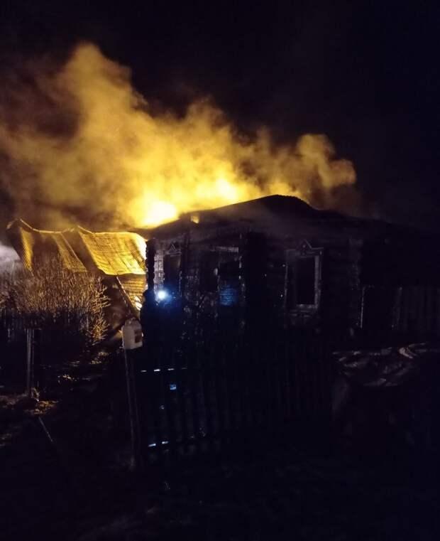 В Удмуртии мужчина залез через окно в горящий дом, чтобы спасти спящих жильцов