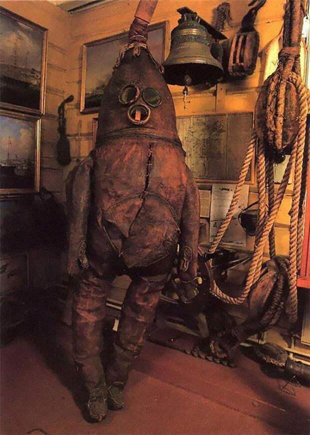 Самый старый в мире спасательный гидрокостюм, 1860 год.