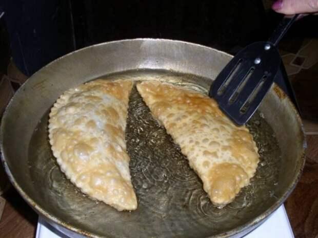 Кавказский секрет: как пожарить чебуреки без летящих во все стороны брызг масла
