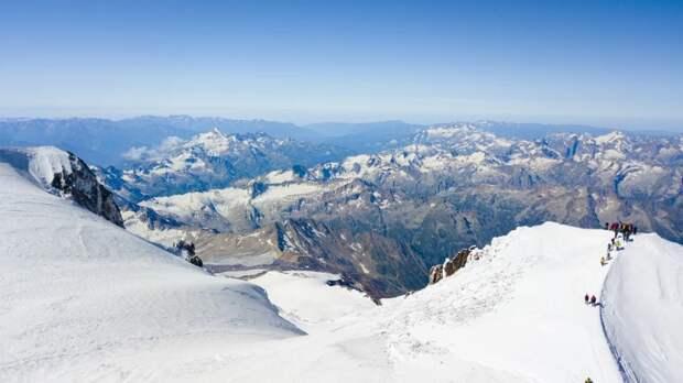 На Эльбрусе в буран погибли альпинисты-любители: подробности спасательной операции