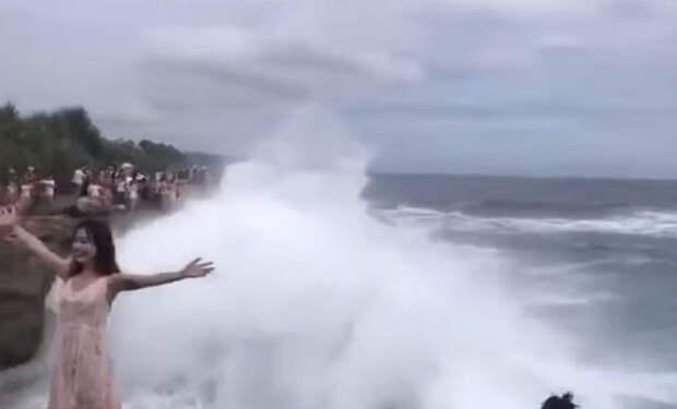 Любители селфи вышли на берег, но не рассчитывали что придет большая волна