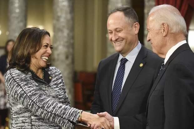 Фото из открытых источников   Президент США с вице-президентом и её супругом