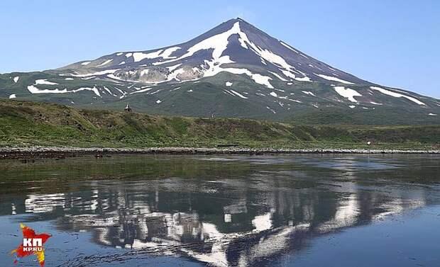 Вулкан Сарычева на острове Матуа. Фото: Александр КОЦ, Дмитрий СТЕШИН