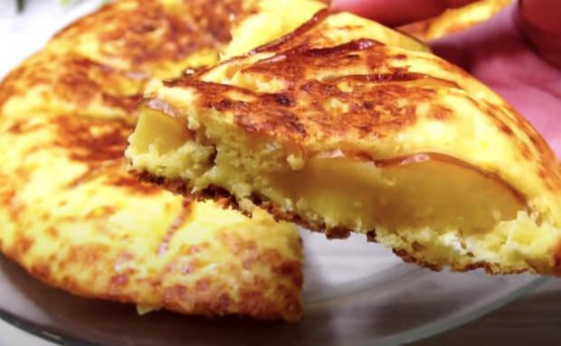 Замешали творог как для сырников, но готовим целиком. Для сочности добавили еще и яблок