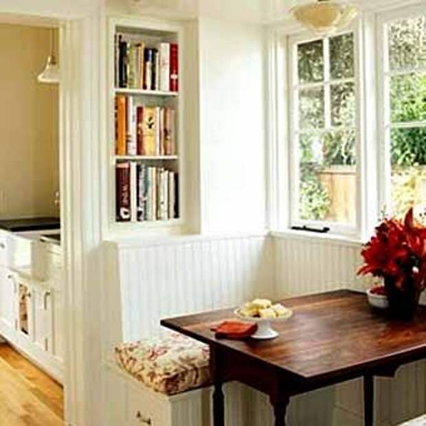 обеденный стол с перегородкой у окна на кухне