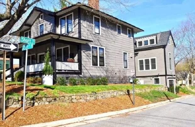 Мини-коттедж Bird House органично вписался между домами (Эшвилл, штат Северная Каролина). | Фото: airbnb.com.