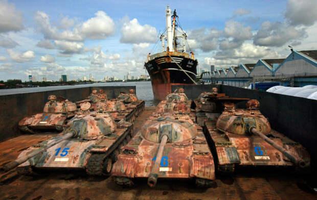 Зачем в Таиланде власти топят в океане множество танков