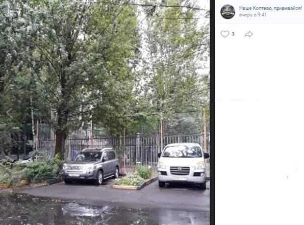 Фото дня: «компромиссная» парковка в Коптеве