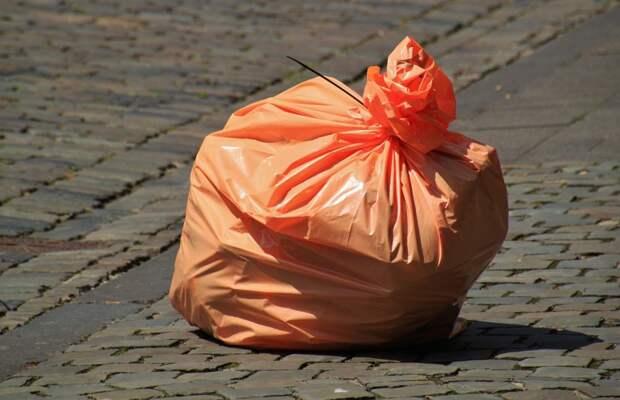 Строительный мусор разлетелся на ветру по улице Ухтомского ополчения