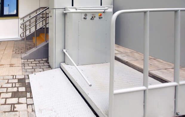 Коммунальщики установят в домах СЗАО 18 подъемников для инвалидов-колясочников