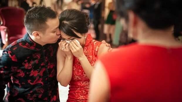 Китаянка во время свадьбы узнала в невесте сына свою пропавшую дочь