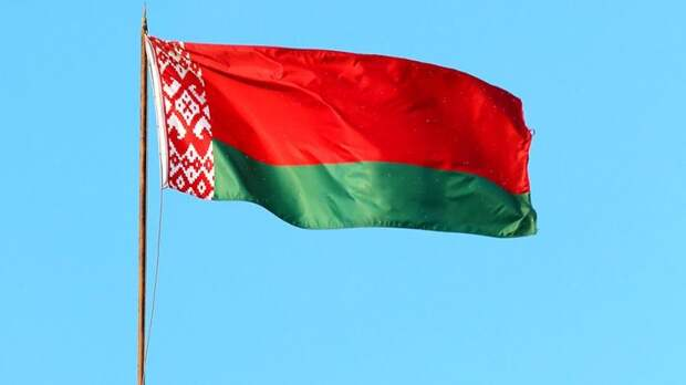 Почему все выкладывают красно-белый флаг, если официальный символ Беларуси другой?